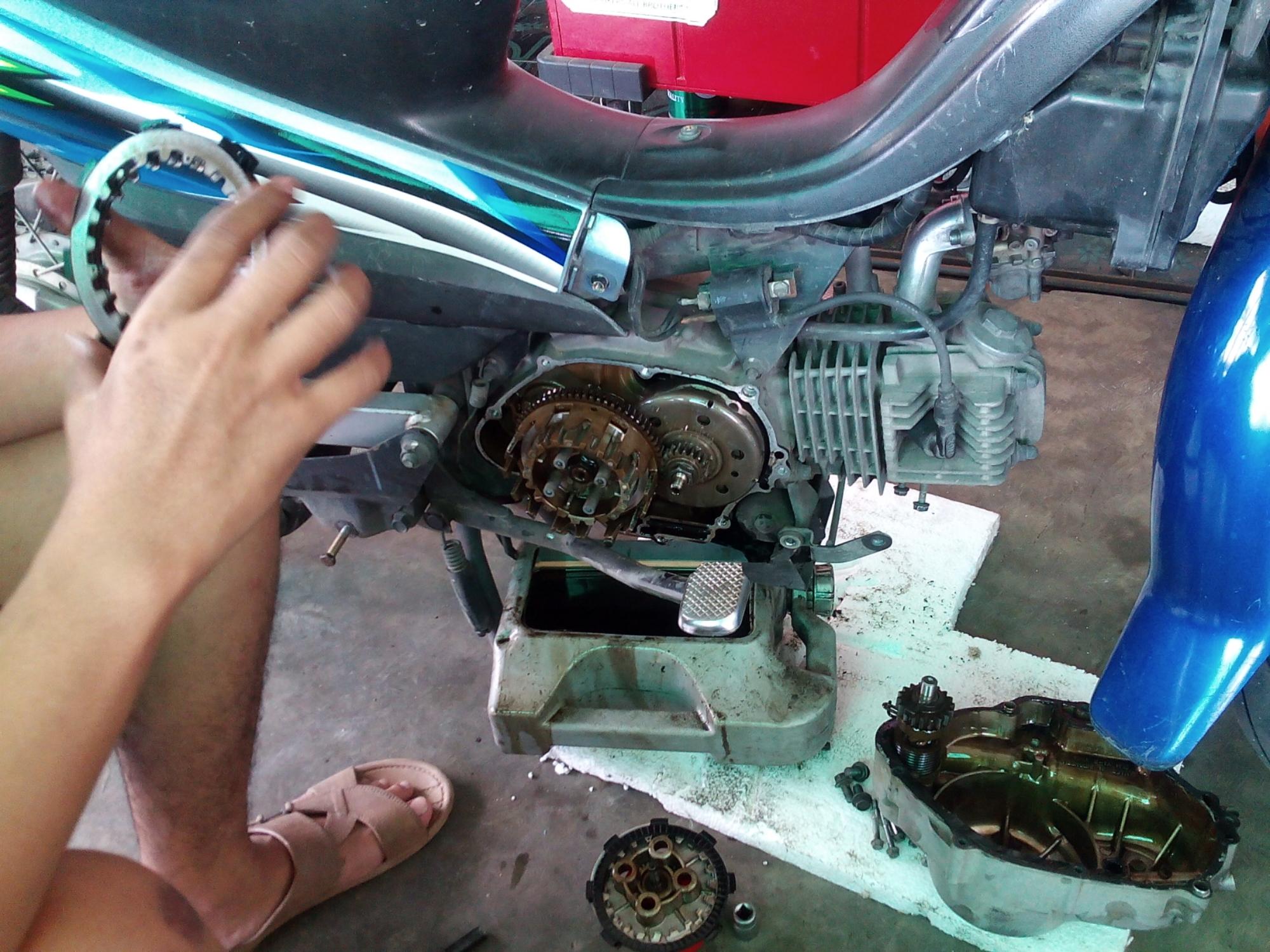 Sediakan wadah / alas dibawah mesin agar saat blok kopling dibuka oli ...